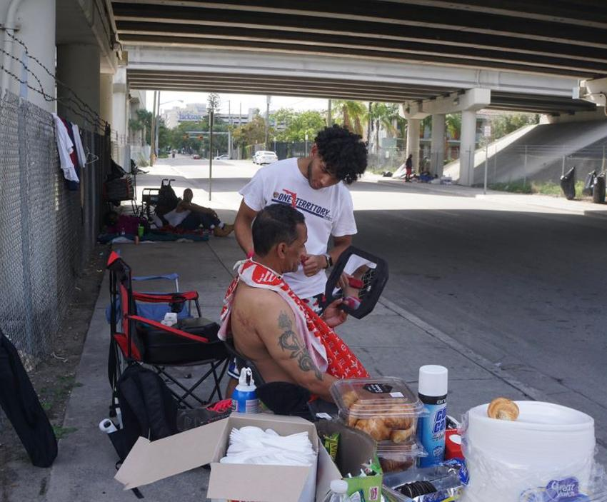 Estudiante de secundaria de Miami le corta el pelo gratis a personas sin hogar en el área de overtown.