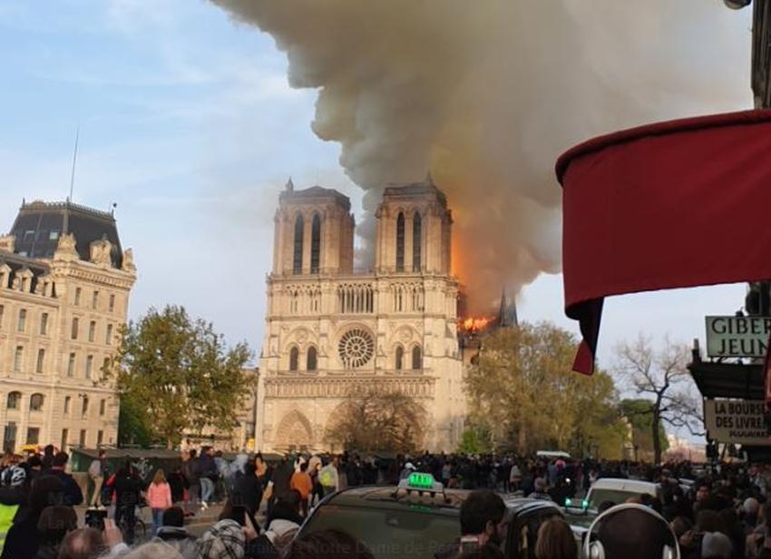 Fuego de gran envergadura se desata en la Catedral de Notre Dame en París