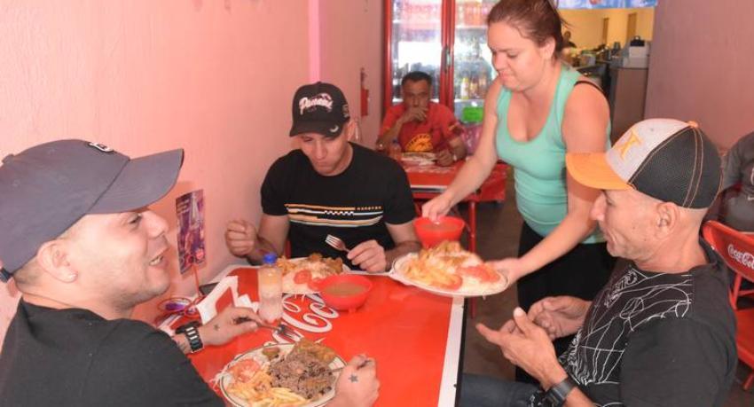 """""""Comedor cubano"""" en el Centro de  Ciudad Juárez lo más parecido a casa para los migrantes"""