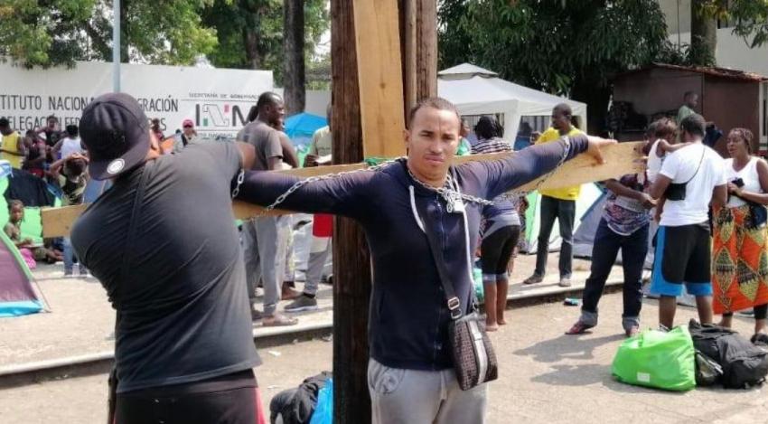 Cubano se ata con cadenas a una cruz en México en protesta por lentitud de salvoconductos y deportaciones