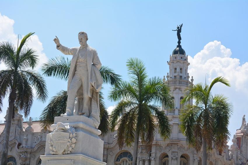 """""""¡Fueron los opositores!"""", dijo la presidenta del CDR sobre robo de un busto de José Martí en Santiago de Cuba"""