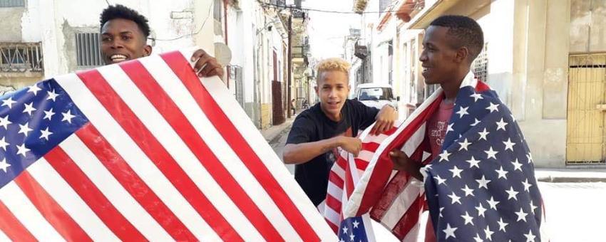 Jóvenes detenidos en La Habana por realizar performance con la bandera estadounidense en homenaje al opositor Daniel Llorente