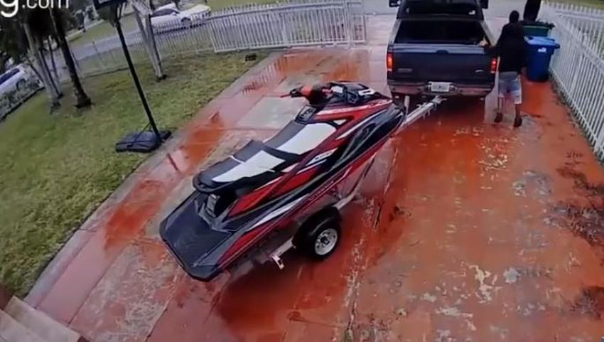 Cámara de seguridad captura como se roban un Jet Ski de $16000 del portal de una casa de Miami