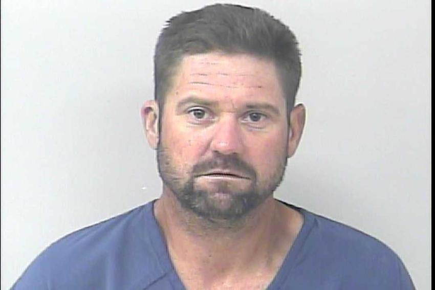 Hombre de Florida sale de la cárcel y se pone a robar en los autos del estacionamiento de la prisión