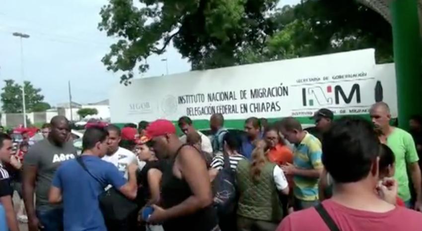 Cubanos salen en nueva caravana de migrantes desde Tapachula, México, hacia el norte del país