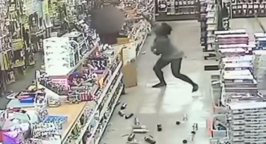 En cámara una exempleada ataca a dependiente en una tienda en Miami; pero la policía solo pone cargos contra la presunta víctima