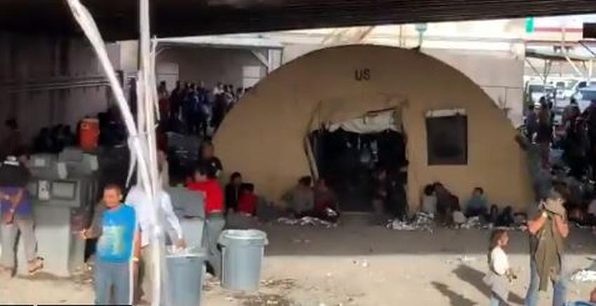 Centros de detención migratoria en Estados Unidos están desbordados, las autoridades están manteniendo migrantes bajo un puente