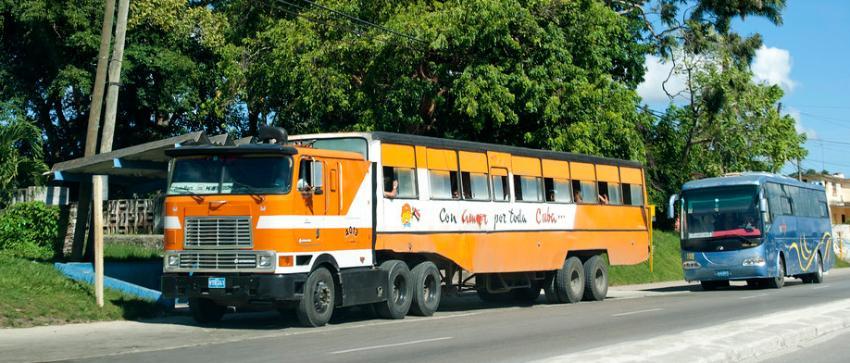"""Empeora el transporte en las provincias cubanas y regresan los camellos del Período Especial, ahora se llaman """"superbús"""""""