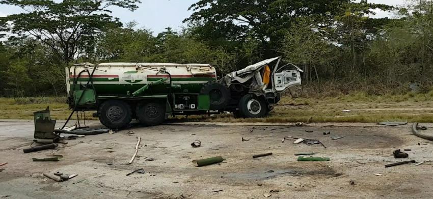 Un accidente que involucró a una rastra cisterna de CUPET causa derrame de combustible en autopista de Santiago de Cuba