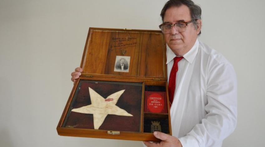 Cubano logra sacar de la Isla la bandera que se izó en La Habana el 20 de mayo de 1902, y ahora está en Miami la reliquia histórica
