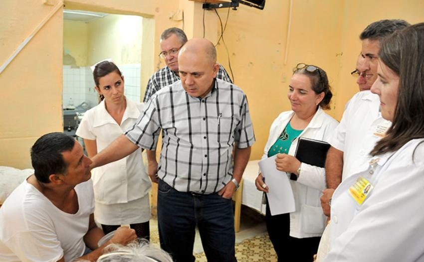 """Vicepresidente cubano hace un llamado a buscar las """"causas reales"""" del éxodo de médicos y enfermeras"""