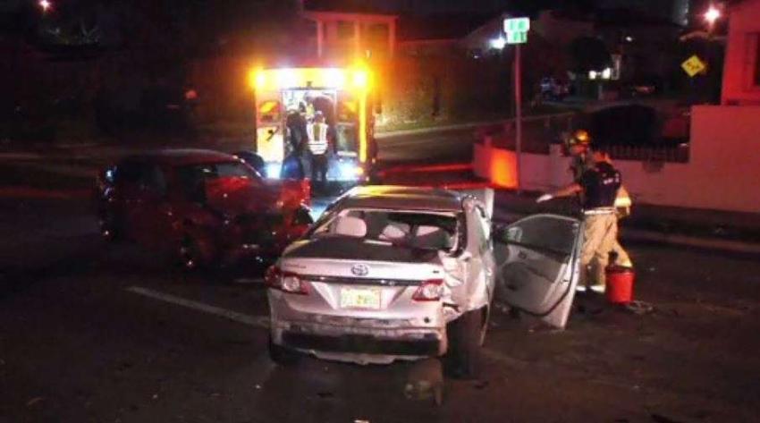 Conductor que manejaba en dirección contraria en la Pequeña Habana, choca, se baja del auto y se da a la fuga
