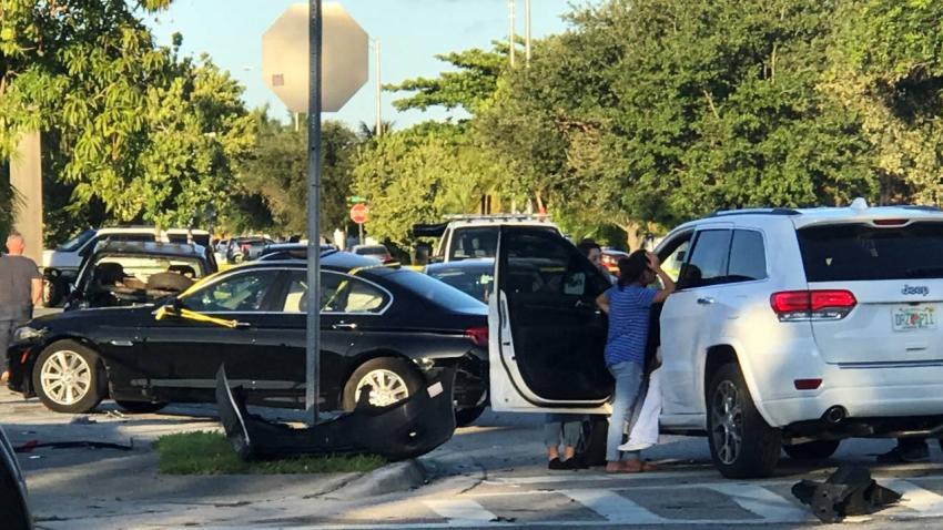 Al menos 1 herido después de que la persecución policial terminó en un accidente automovilístico en Hialeah
