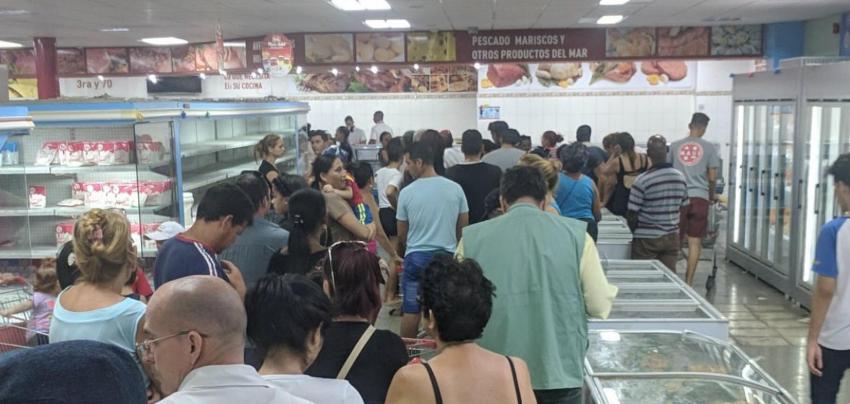 Siguen las colas en el mercado de 3ra y 70 en La Habana para comprar pollo