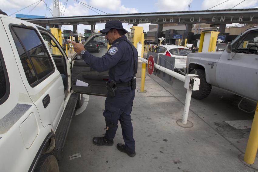 Tres cubanos logran cruzar la frontera hacia Estados Unidos escondidos en un auto