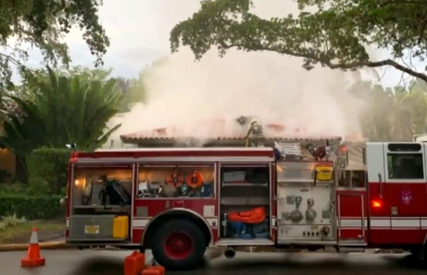Incendio en una vivienda en Coral Gables pudo haberse iniciado por la descarga eléctrica de un rayo