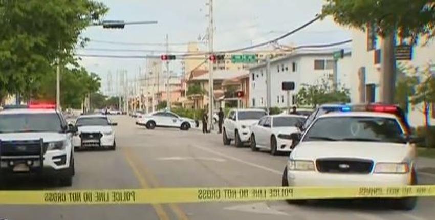 Policía de Miami busca un hombre que robó un auto y golpeó a un oficial