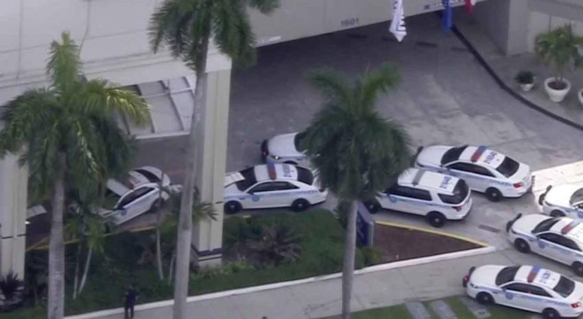 Fuerte presencia policial en las afueras del hotel Hilton en el Downtown de Miami