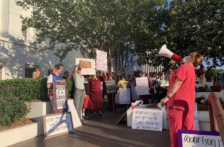 Congreso de Alabama pasa una de las leyes más estrictas del país: prohíbe el aborto y lo penaliza como delito grave con hasta 99 años de cárcel