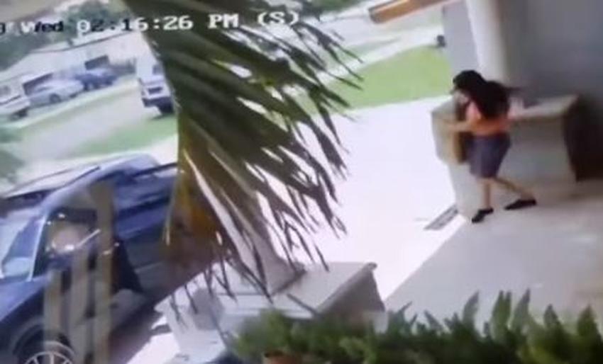 Captada en cámara una mujer se baja de un auto a robar paquete de un portal en Hialeah