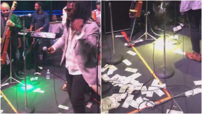 Cubanos en Miami lanzan dólares a Los Van Van durante su concierto en la ciudad que tuvo un lleno total