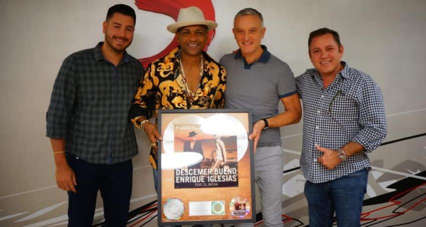 """Disco de Oro y Platino para Descemer Bueno por """"Nos fuimos lejos"""""""