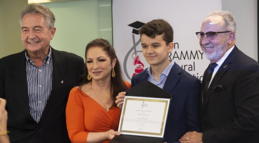 Joven español gana la Beca de Emilio y Gloria Estefan valorada en 200.000 dólares, lo que le permitirá seguir sus estudios de música