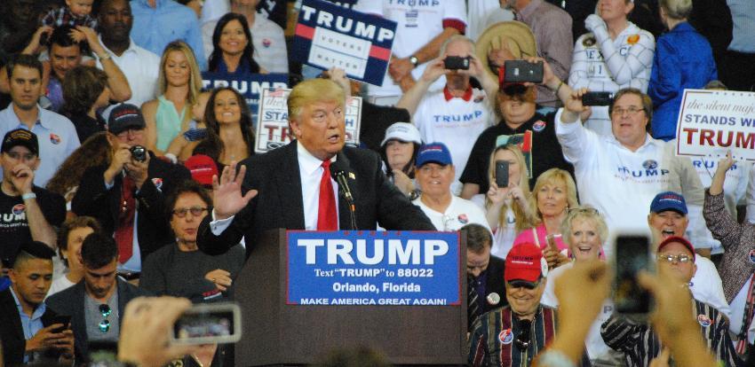 Partidarios de Trump comienzan a formarse afuera del  Amway Center de Orlando, 40 horas antes del anuncio de su reelección
