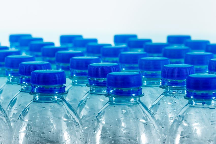 Dos marcas de agua que se venden en Target, Walmart y Whole foods contienen altos niveles de arsénico según estudio