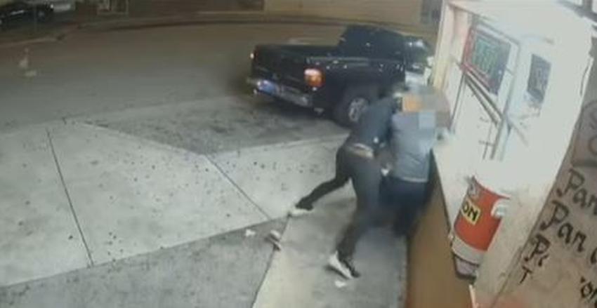 Captado en cámara el momento en  que un joven asalta y golpea a un hombre en Hialeah