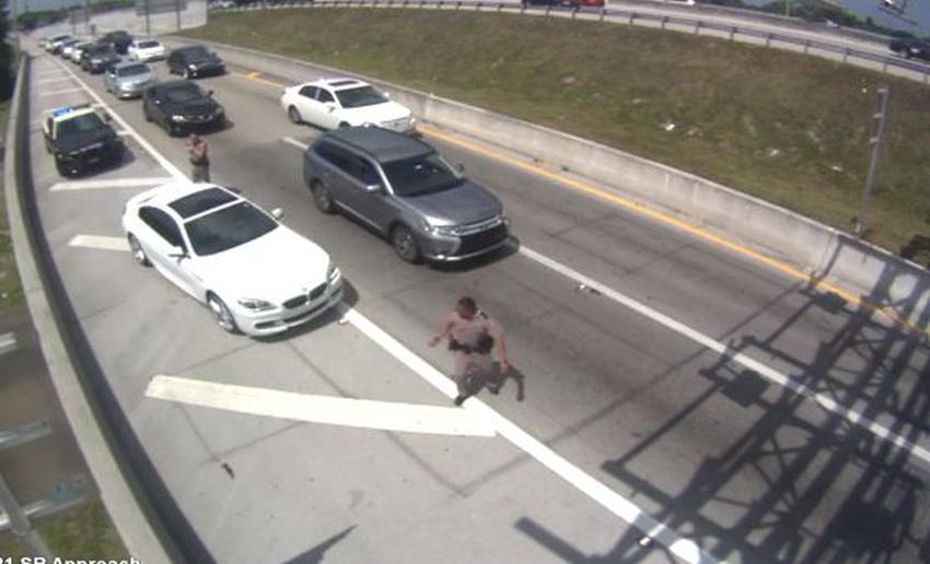 Vídeo de vigilancia muestra como un auto impacta un oficial de policía en el Sur de la Florida