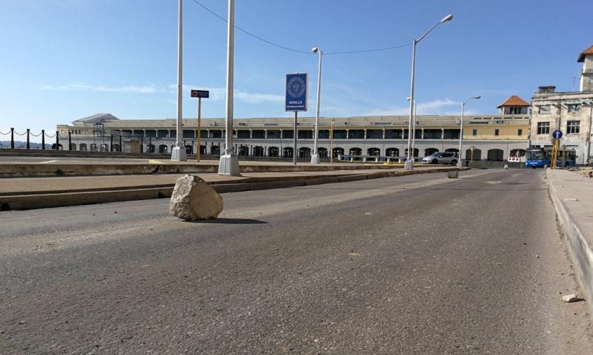 Una enorme piedra en la Avenida del Puerto en La Habana obliga a cerrar el tráfico 1