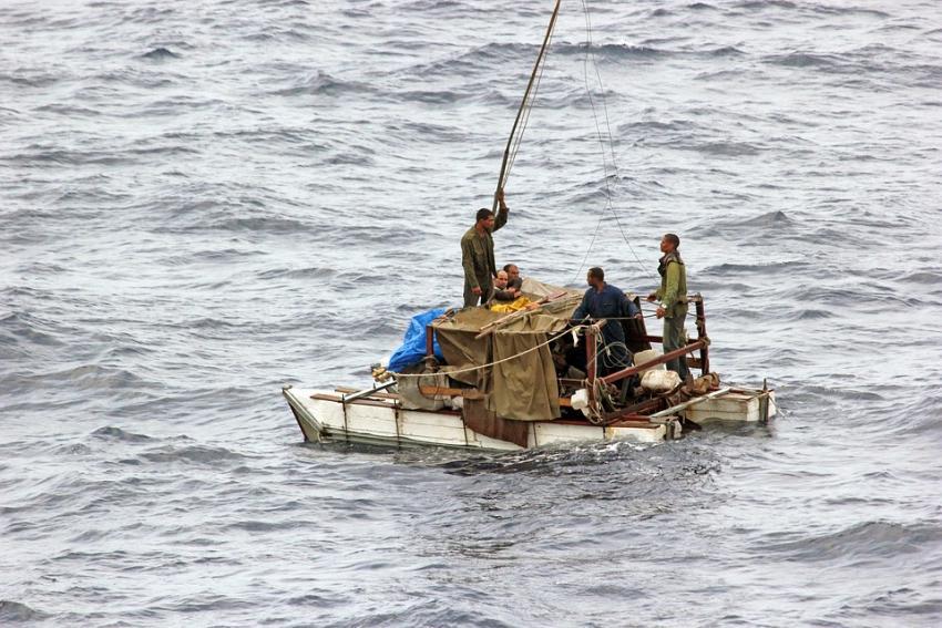 Una precaria embarcación con 21 balseros cubanos a bordo, fue interceptada en el mar por la Guardia Costera de EEUU