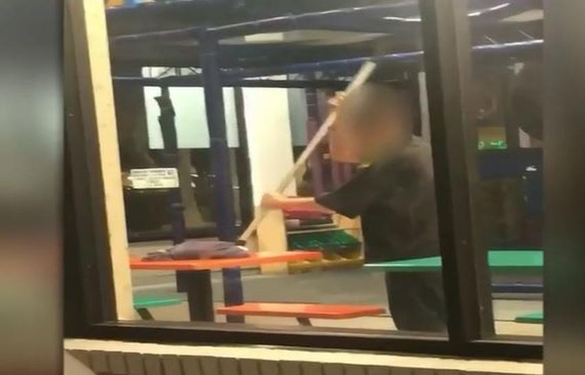 Trabajador de Burger King es grabado en cámara limpiando las mesas con un trapeador