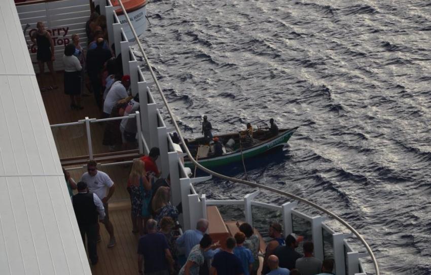 Crucero de Carnival rescata a bote con pescadores que habían quedado a la deriva