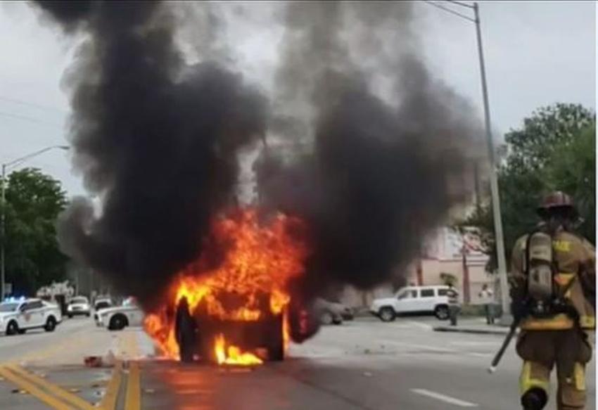 Bomberos apagan un auto en llamas en barrio del noroeste de Miami; todos los pasajeros escapan ilesos