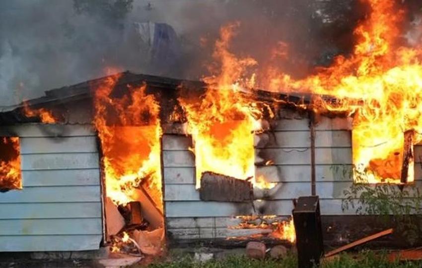 Un rayo cae en el patio de una casa en Miami y causa un incendio