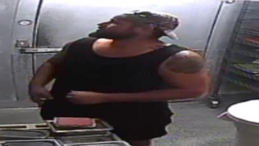 Buscan a delincuente que se preparó una hamburguesa en un Wendy's de Florida, mientras robaba