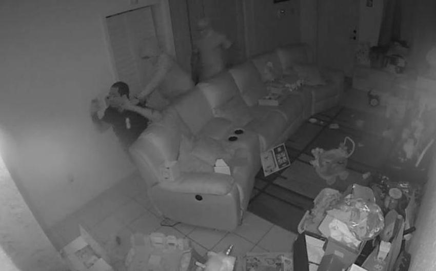 Dos hombres enmascarados roban en una casa en Miami y amenazan al dueño con una pistola en la cabeza; todo captado en cámara