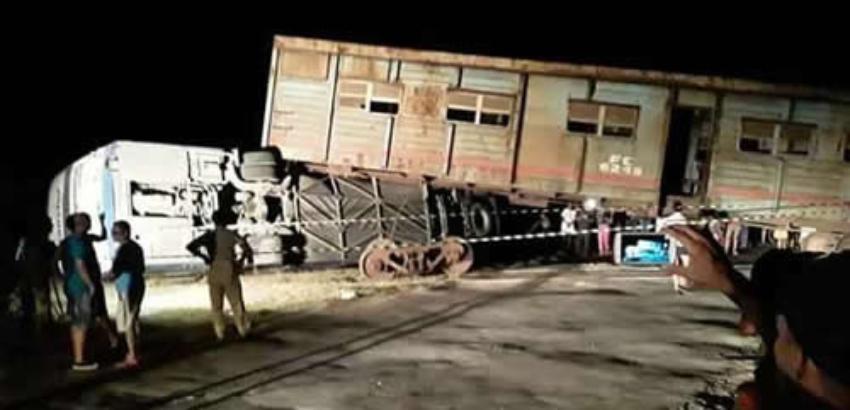 Ocho lesionados luego de que un tren impactara a una guagua en Nuevitas, Camagüey