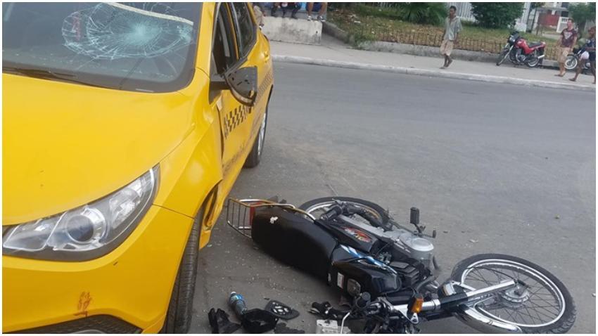 Aparatoso accidente en La Habana entre una moto y un taxi