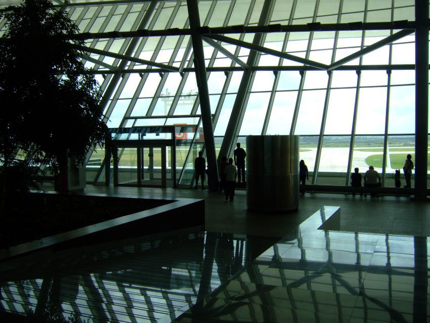 Grupo de 30 cubanos queda varado en el aeropuerto de Montevideo en Uruguay