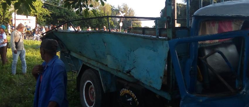 Lamentable accidente en Camagüey entre un camión y un tren de pasajeros deja 16 heridos, cuatro en estado grave