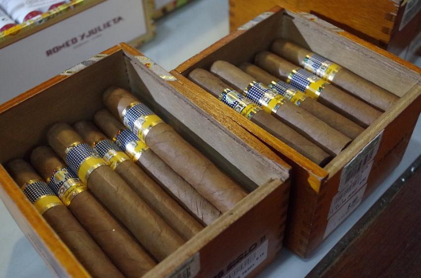 Administración del presidente brasileño Bolsonaro prohíbe la venta de tabaco cubano Cohiba en el país