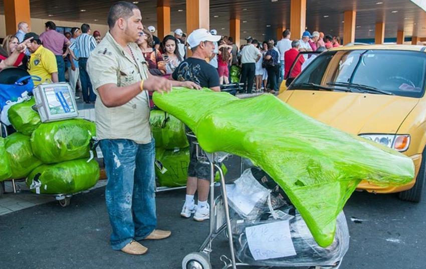 """Gobierno cubano anuncia habrá mayor control sobre los viajeros que importan mercancías """"mulas"""""""