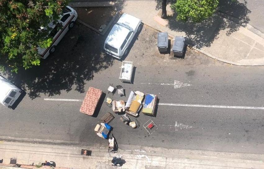 Familia cubana albergada saca los muebles a la calle en protesta para exigir mejores condiciones de vida