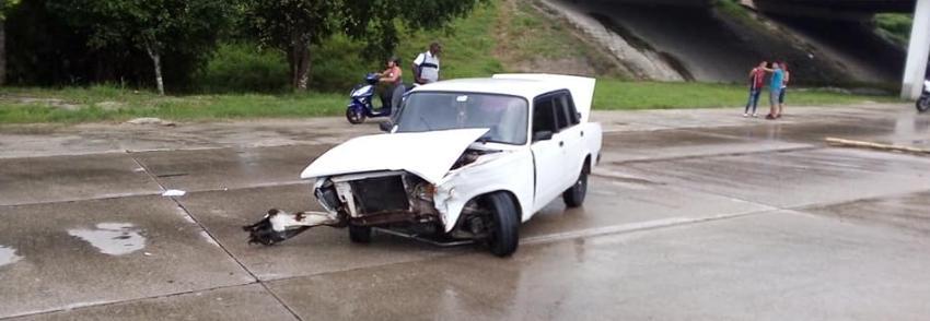 Nuevo accidente en Cuba, ahora en el Puente de La Lisa, deja la parte delantera de un Lada destrozada