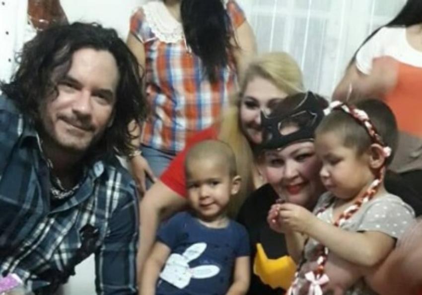 Actor cubano Mario Cimarro visitó a niños con leucemia en Paraguay, y les llevó juguetes