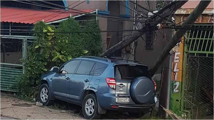 Accidente en La Habana: Auto pierde el control y choca contra un poste de electricidad