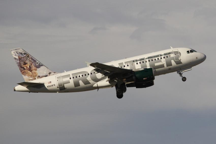 Un pasajero borracho golpea al piloto de un avión de la aerolínea Frontier